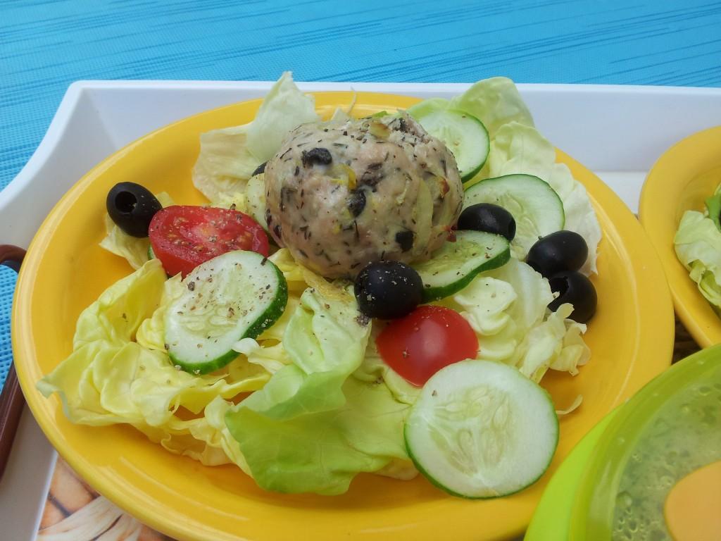 Bifteki / Hacksteak gefüllt mit Schafskäse auf Sommersalat