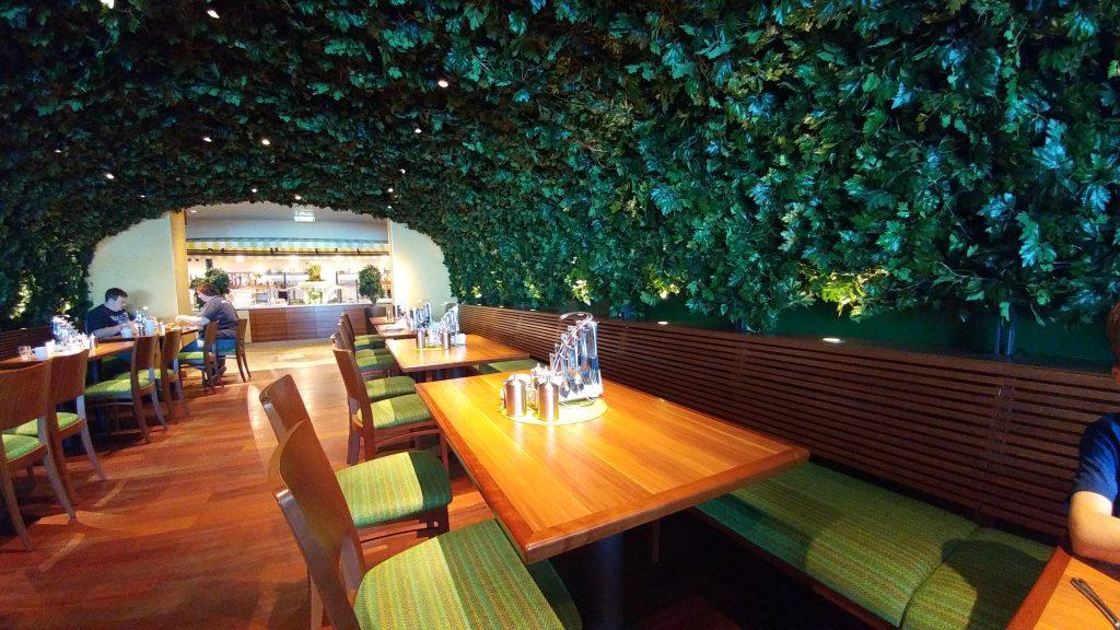 Tunnel mit Blätterdekor im Marktrestaurant