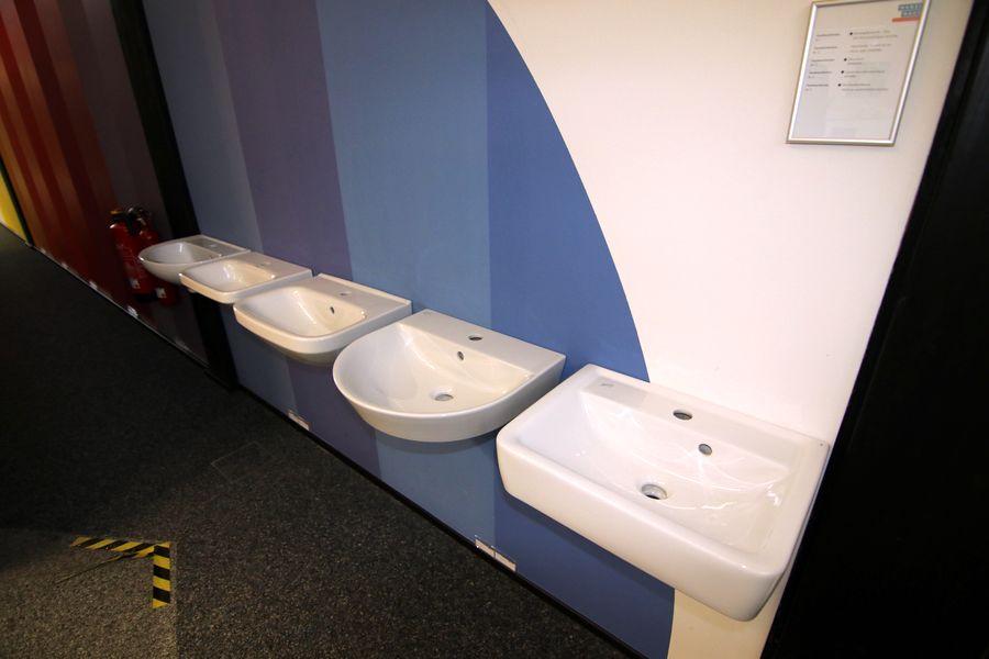 Verschiedene Waschbecken für das Gästebad