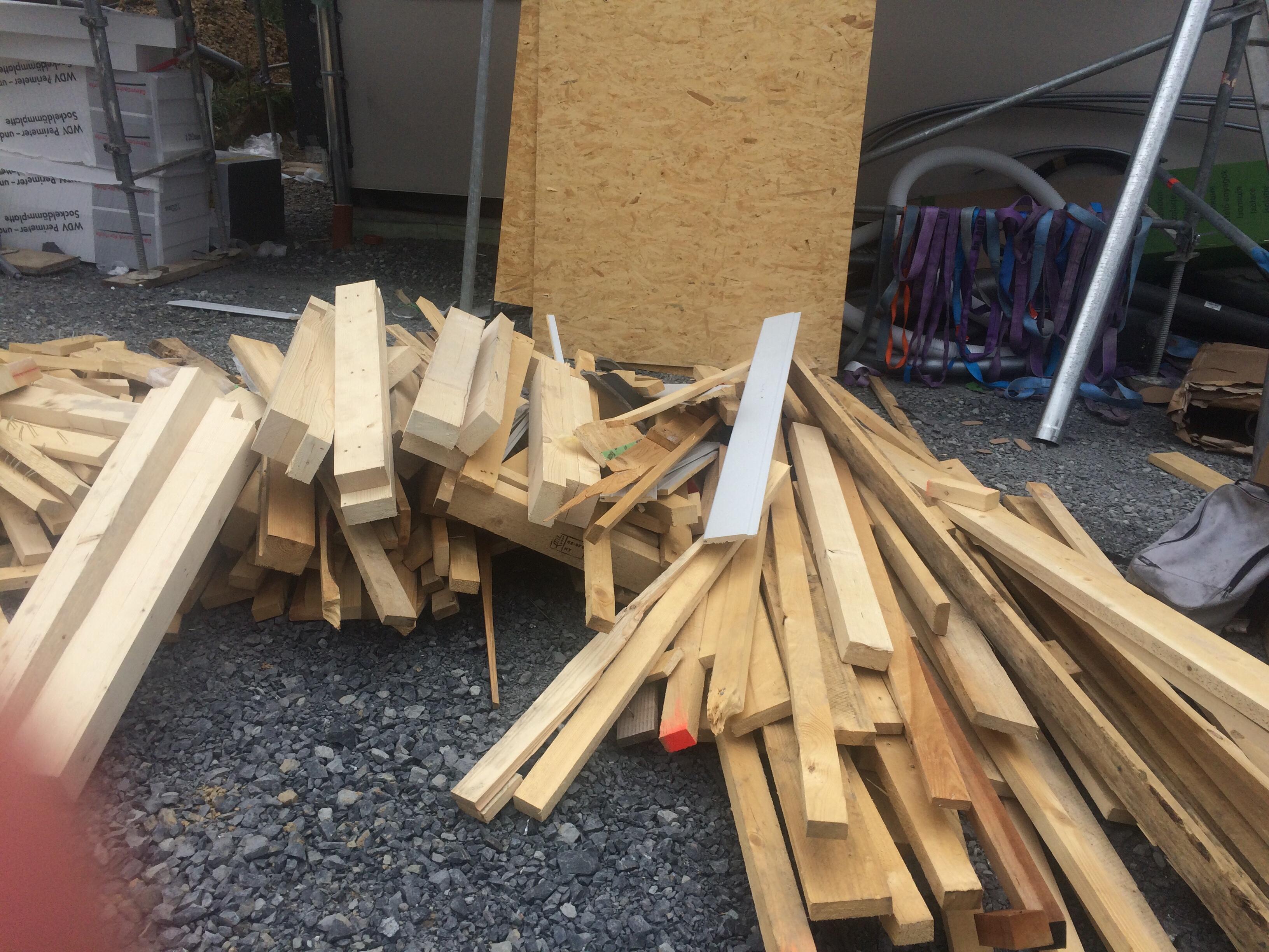 Holzreste vor dem Haus