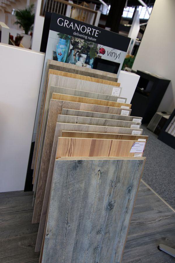 Verschiedene Vinyl-Paletten in der Ausstellung hintereinander gestapelt